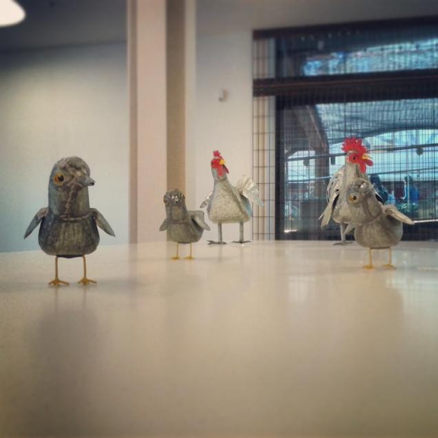 Famigliola di polli in metallo