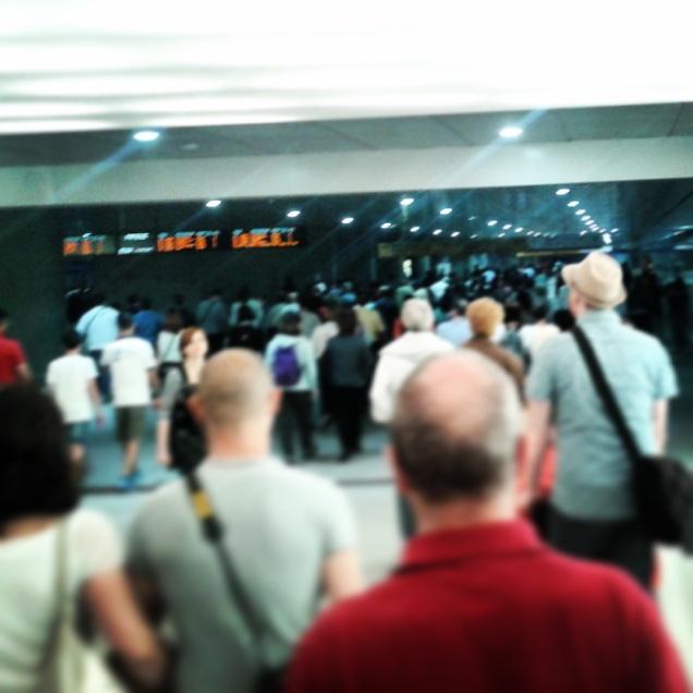 La folla di persone all'uscita