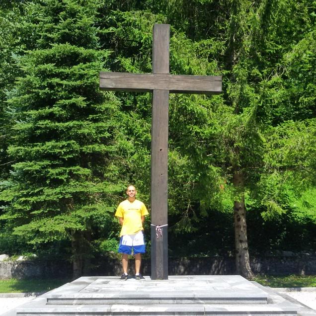 Questo sono io con affianco la croce del cimitero militare di Bovec