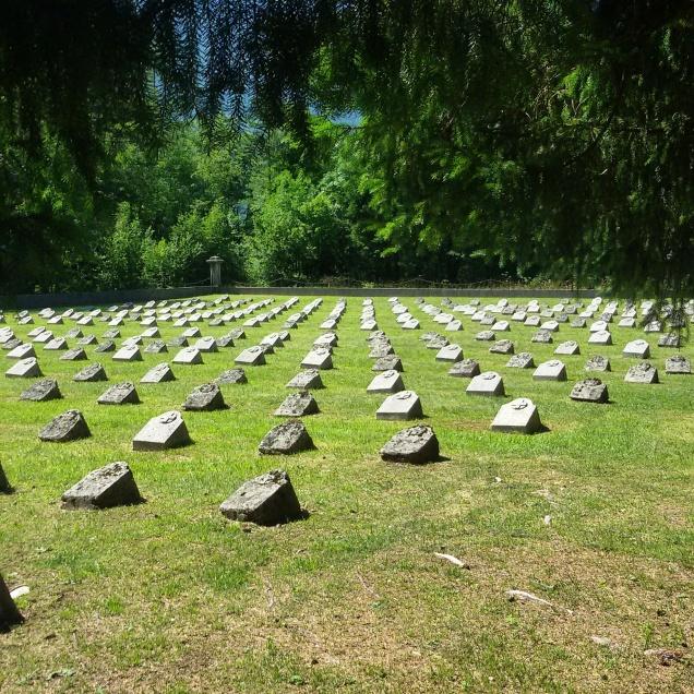 Alcune lapidi nel cimitero militare di Bovec