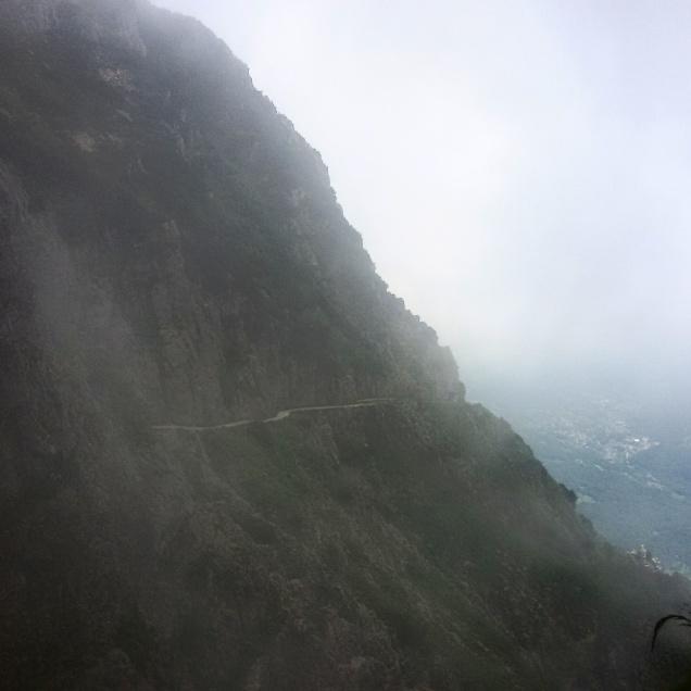 Cominciava la nebbia, proseguendo si sarebbe fatta più fitta