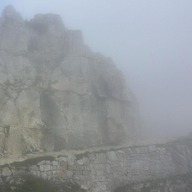 Uno sguardo a ritroso sul percorso appena fatto e avvolto dalla nebbia