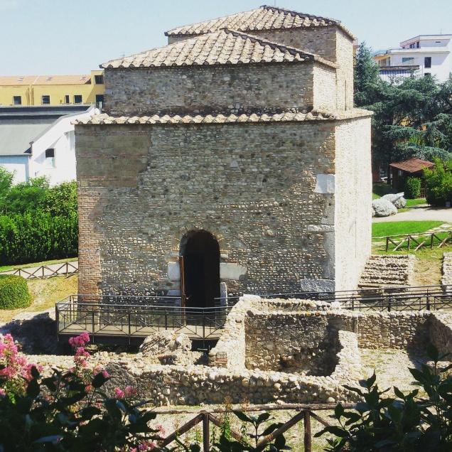 Il retro della chiesa di Sant'Ilario e alcuni reperti archeologici