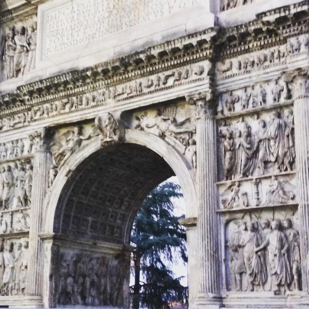 L'Arco di Traiano fotografato da vicino