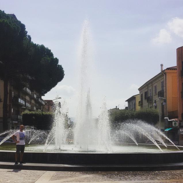 La grande fontana antistante la stazione ferroviaria