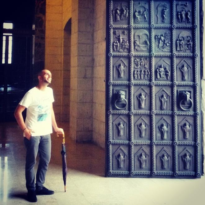 Questo sono io con affianco la porta di bronzo della Cattedrale di Benevento