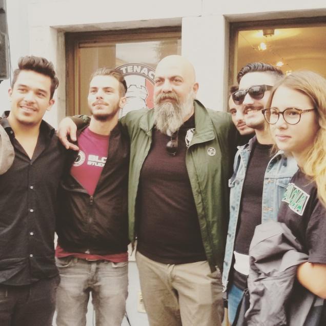 Gianluca Iannone (al centro) con alcuni giovani presenti all'inaugurazione