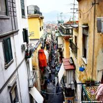 Vista dall'alto di un vicolo di Napoli