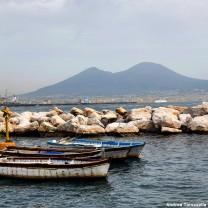 Delle battelle sul mare e il Vesuvio sullo sfondo