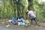 Volontario che porta rifiuti