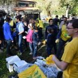 Luca Cadez distribuisce materiale Legambiente