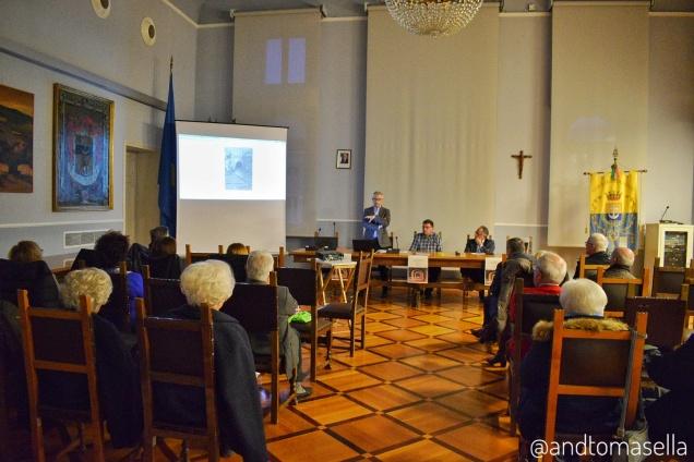 pubblico nella sala del consiglio di Palazzo Torriani