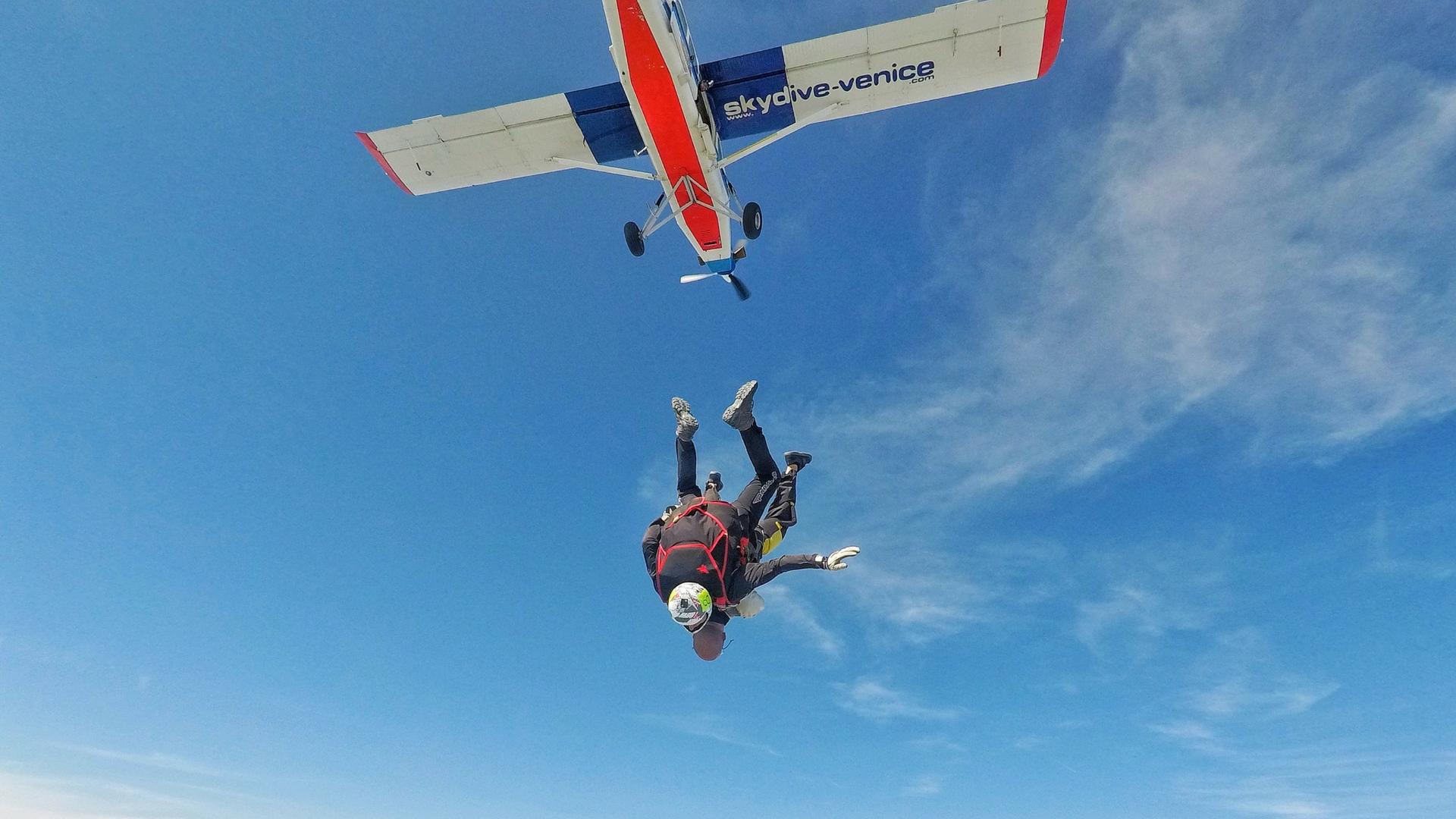 Lancio in tandem col paracadute da 4500m: il racconto di una bellissima esperienza - Skydive Venice