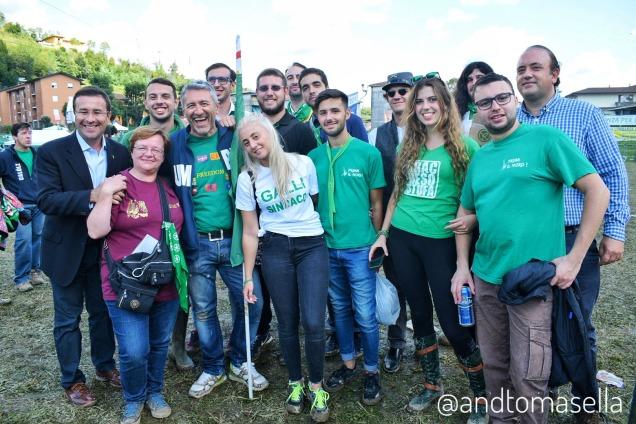 Foto di gruppo militati Lega Nord con il senatore Stefano Candiani pontida 2017