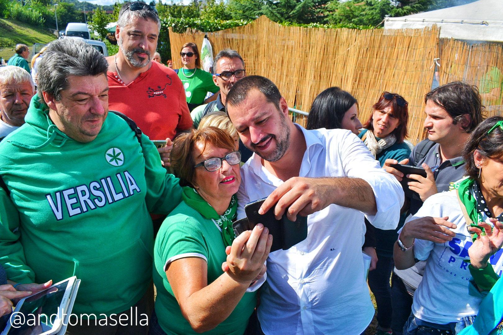 Matteo Salvini con il popolo della Lega 2