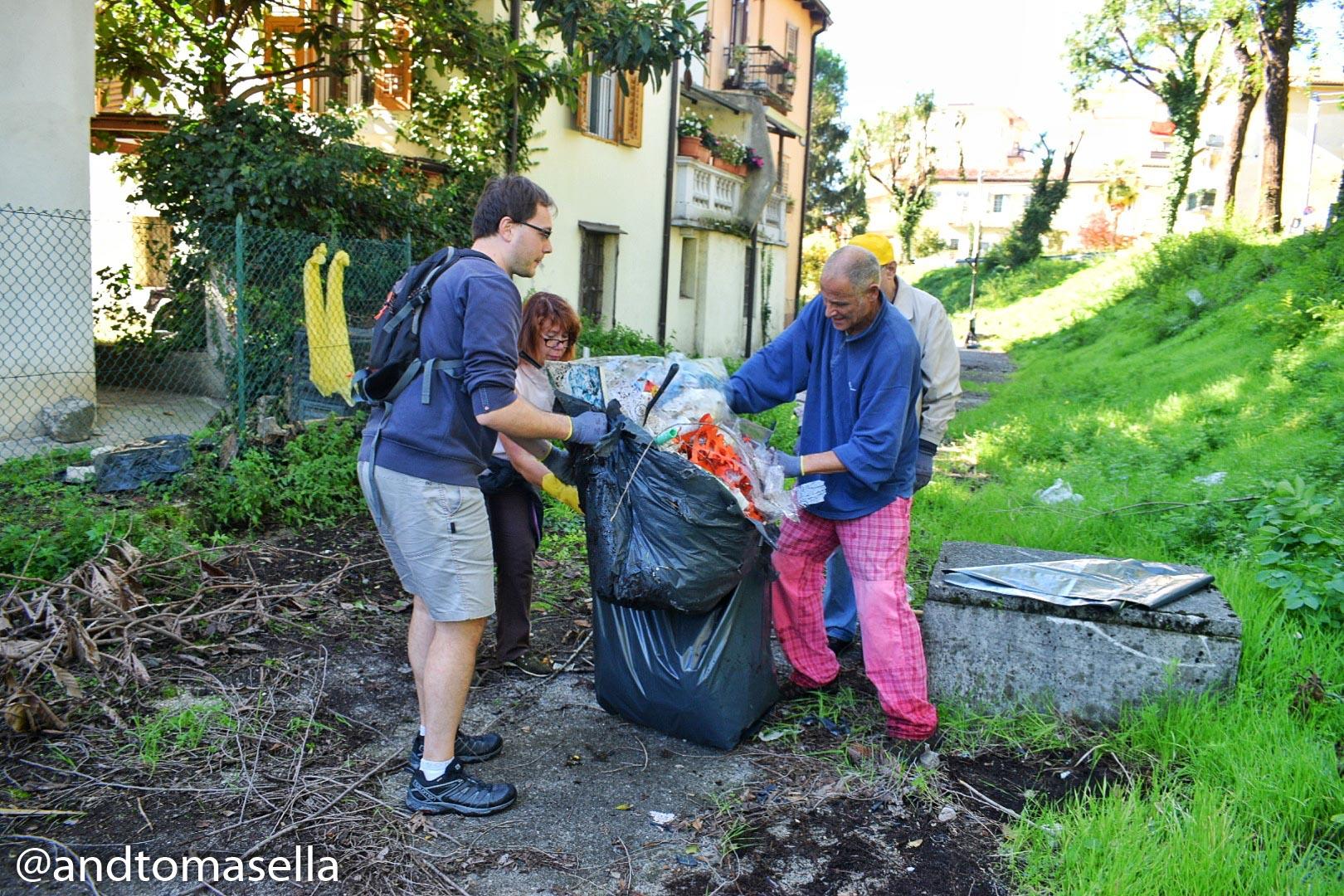 volontari legambiente gorizia raccolgono rifiuti