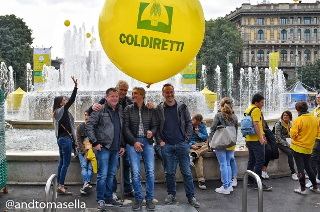 foto di gruppo amici sto coi contadini palloncino coldiretti