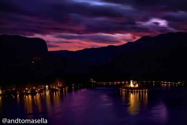 Fotografia notturna dell'Isola di Bled (scattata dal castello)
