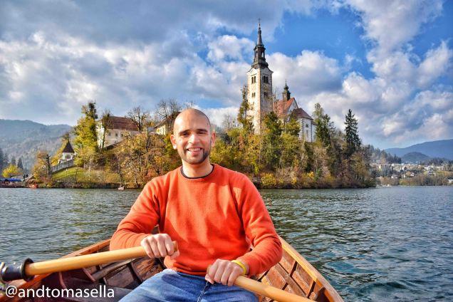 in mezzo al lago di bled con barcaa a remi
