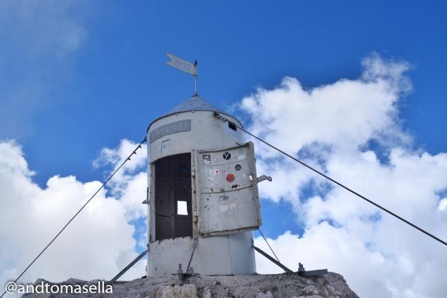 casetta parafulmini triglav sulla cima della montagna