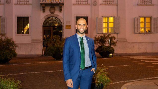 politico gorizia davanti comune con giacca blu e cravatta verde